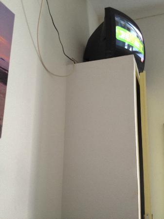 Hotel du Lys: televisore inutillizzabile, alto e senza volume (bloccato come default)