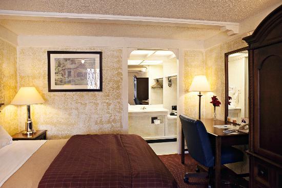 77 Inn & Grill: Room