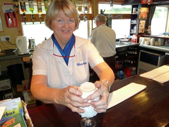 Donegal Town, Ireland: Die heißen Irishcoffee-Gläser werden zum Anfassen umwickelt