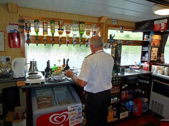 Donegal Town, Ireland: Der Steward macht erstklassige Irishcoffees