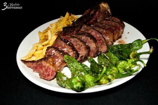 Bar La cepa : Chuleta con Pimientos de Gernika y Patatas Fritas / Veal chop with chips and gernika peppers