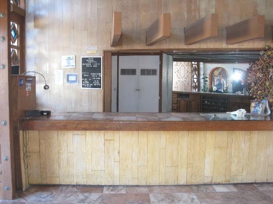 Desert Inn: Hotel front desk/check in.