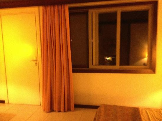 Parque San Antonio: Esta es la puerta y la ventana que dan a la terraza de la habitación.