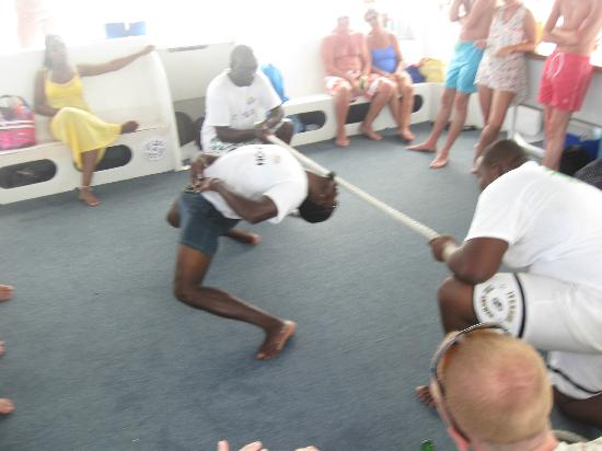 ‪‪Treasure Island Cruises - Day Tours‬: Solomon doing the limbo!‬