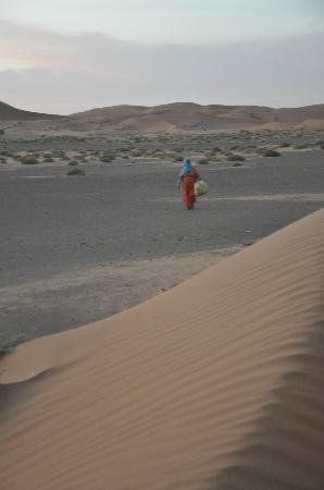 Hotel Nomad Palace: local woman in the sahara