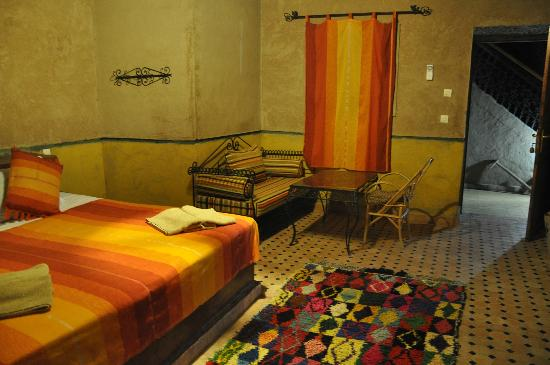 Hotel Nomad Palace: suite with ensuite and sofa