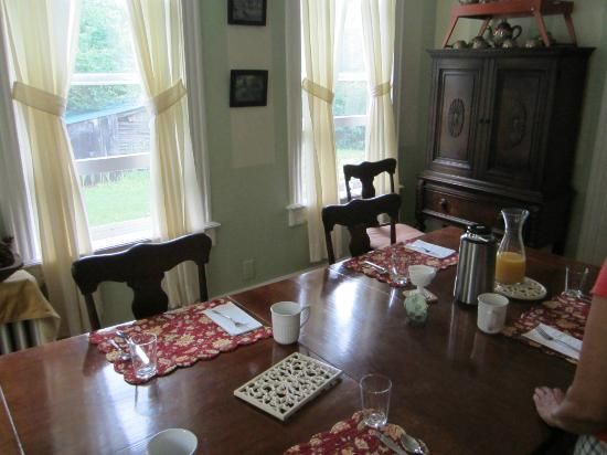 Cedarwood B&B: dining room table