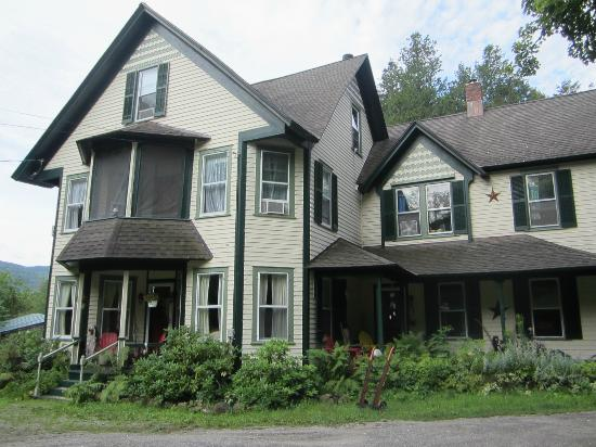 Cedarwood B&B : front of house during summer