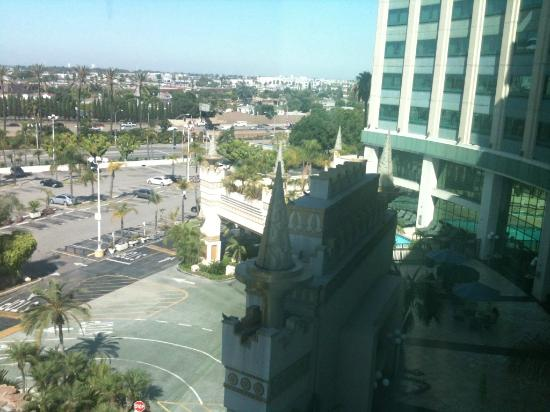 Crowne Plaza Los Angeles - Commerce Casino: OutSide our Window( you can kinda see the Pool)