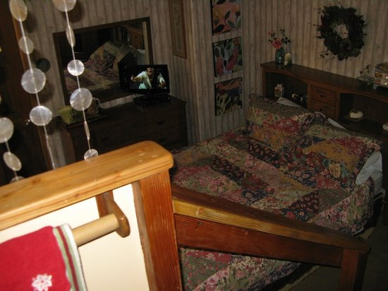 The Old Bear Bed And Breakfast: The small bedroom downstairs from the kitchen/laundry room.