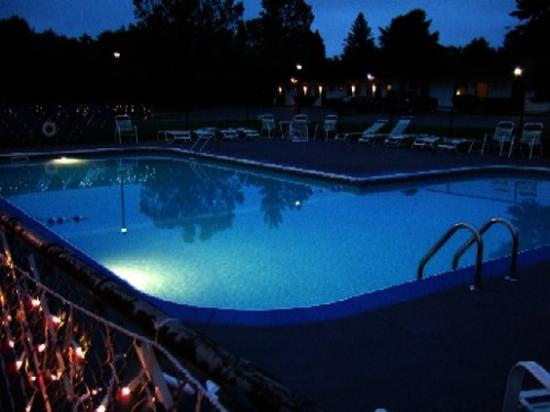 Travel Inn: Pool Night
