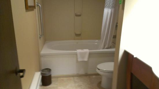 Hampton Inn Pittsburgh - Mcknight Rd. : Whirlpool Tub, like a photo you'd see on Hampton Inn's site.