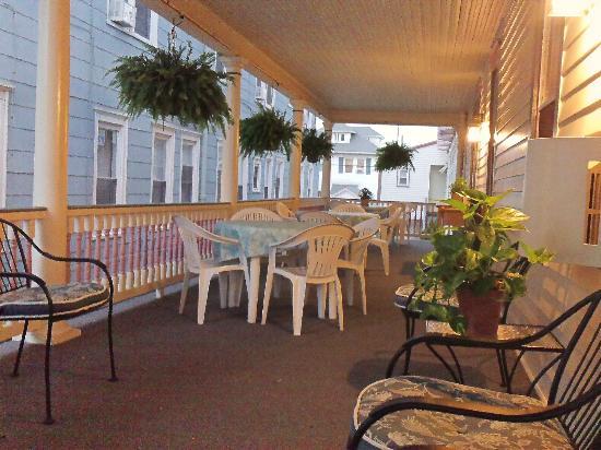 Scarborough Inn : beautiful wrap-around porch to relax