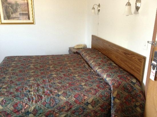 Red Carpet Inn : Bed