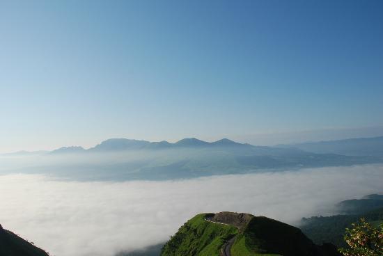 Mt. Kuju: 阿蘇大観峰より、雲海に浮かぶ阿蘇五岳を臨む