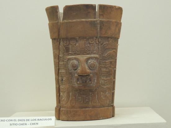 Moquegua, Peru: Este kero tiene grabado a Wiracocha el mismo de la portadadel sol