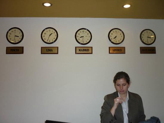 Hotel Ferre Miraflores: Recepciòn ...detalle de los relojes