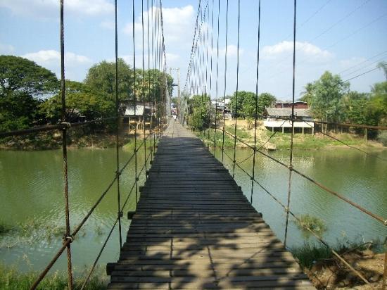 Phra Si Ratana Temple: ワット プラ シー ラタナー寺院脇の吊り橋