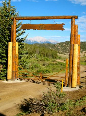 Elk Mountain Ranch: Entry to ranch