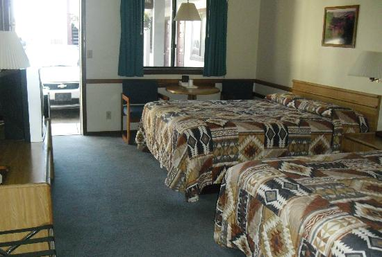 7 Mile Lodge: all the rooms look like this, we peeked!