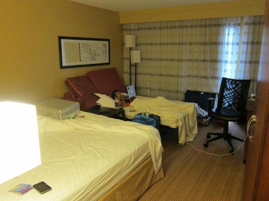Courtyard Los Angeles LAX/El Segundo: 1 bed room with sofa bead