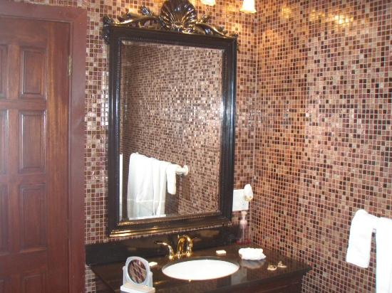 Royalton Suites: The Bathroom and tiles