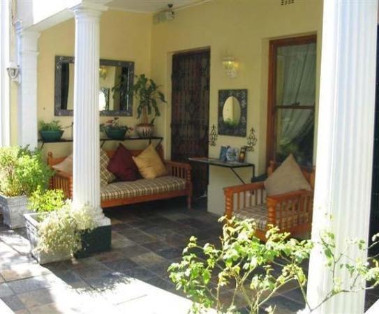 Mountain Manor Guesthouse: Exterior hall/ terrace