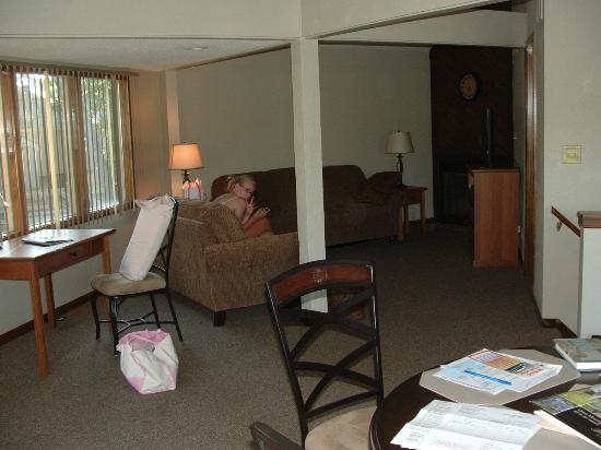 Holiday Shores Resort: Looking from kitchen into family room area.