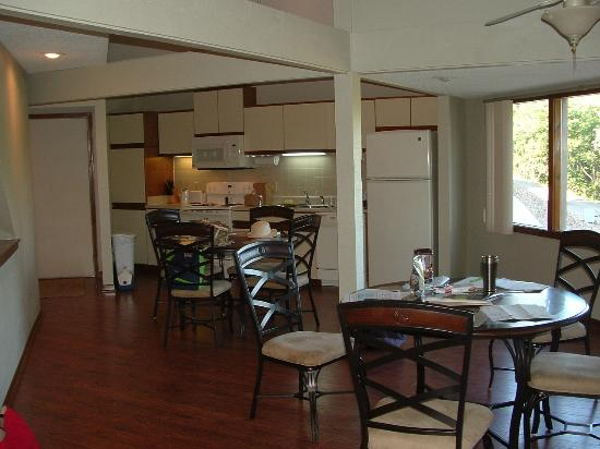 Holiday Shores Resort : Looking from the family room into the kitchen.