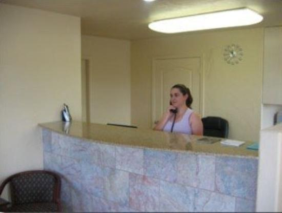 Executive Inn & Suites: Front Desk