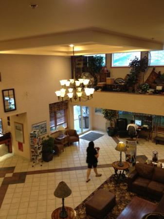 Best Western Pocaterra Inn: lobby view from 2nd floor balcony