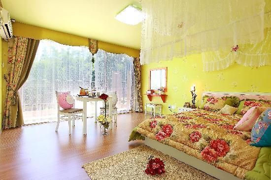 Bellus Rose Pension: white room