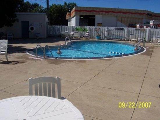 Hometown Inn (Flint): Pool view