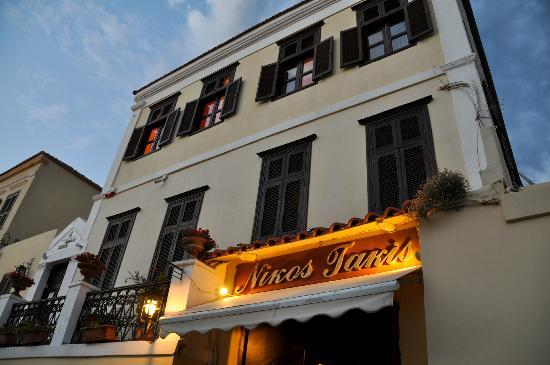 Nikos Takis Fashion Boutique Hotel: evening outside hotel