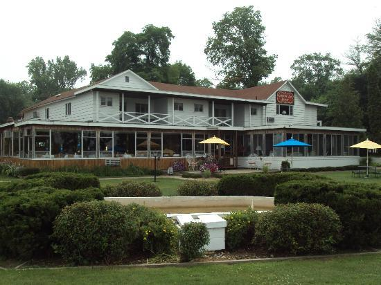 Buzz'sLakeside Inn: The classic property around for 130 yrs