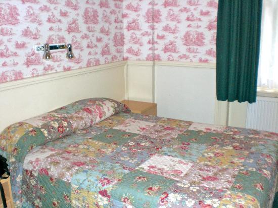 Garden Court Hotel : Comfortable double bed
