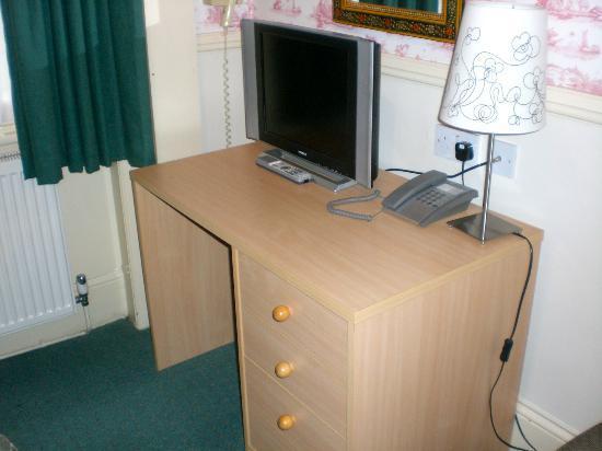 Garden Court Hotel : Small desk and flat screen TV
