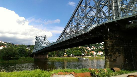Blaues Wunder (Loschwitzer Brücke): Ciclabile
