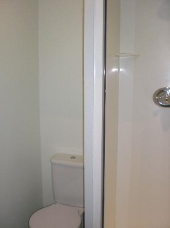 Garden Court Hotel : Small bath with shower