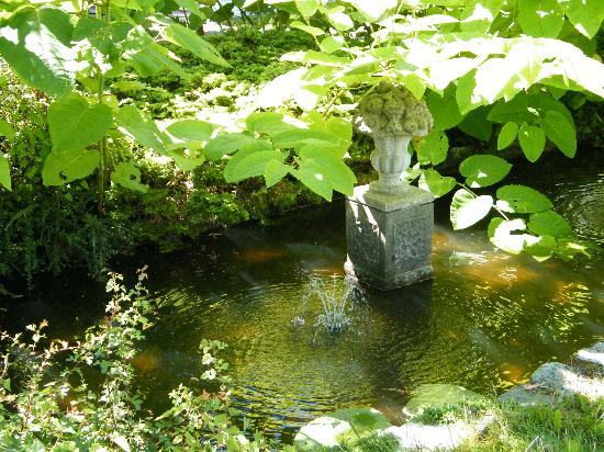 Gatsby Mansion: Pretty garden fountain - lovely grounds.