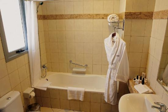 Pearl Continental Hotel Apartments: Bathroom