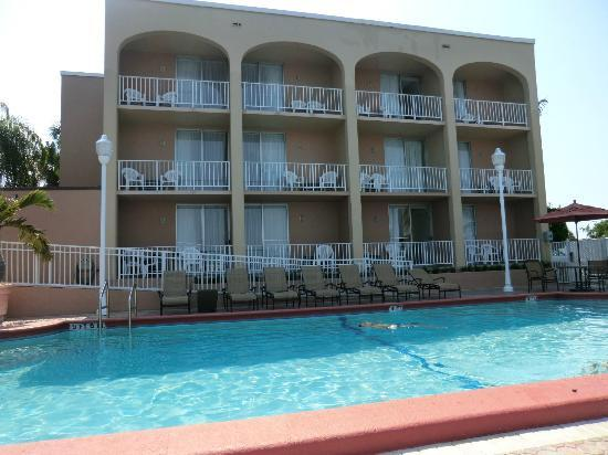 Fairfield Inn & Suites Palm Beach: retro piscina