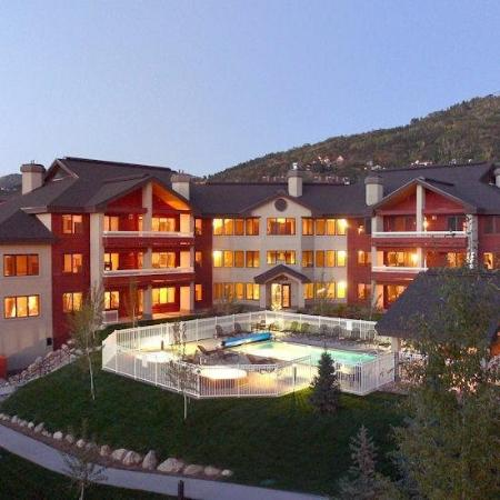 Trappeur's Crossing Resort: Pool and Hot Tubs outside the Aspen and Champagne Lodge at the Trappeurs Crossing Resort