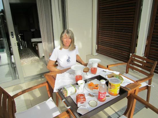 Lawhill Luxury Apartments: petit déjeuner sur la terrasse