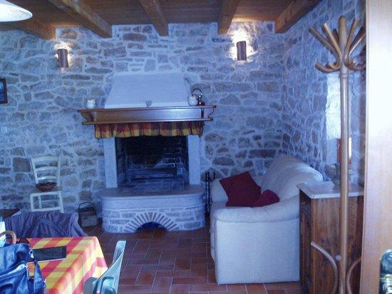 Rakalj, Croacia: Kleiner Wohnbereich mit Kamin