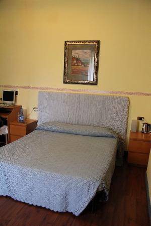 Arena Guest House Colosseo: Кровать в номере хостела