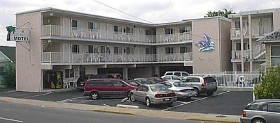 Bay Breeze Motel: Exterior View