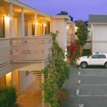 Monterey Fireside Lodge: Exterior View