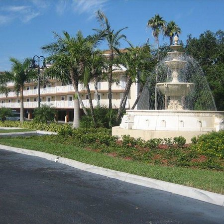 Beso Del Sol Resort: You can't miss Beso Del Sol, the fountain is always on by Bayshore Blvd.