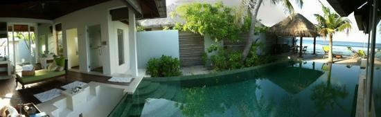 Naladhu Private Island Maldives: pool + bath